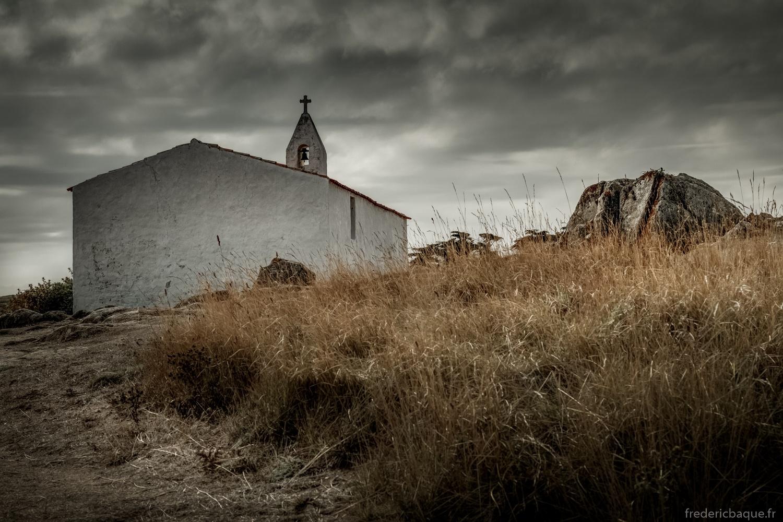 Derrière la chapelle
