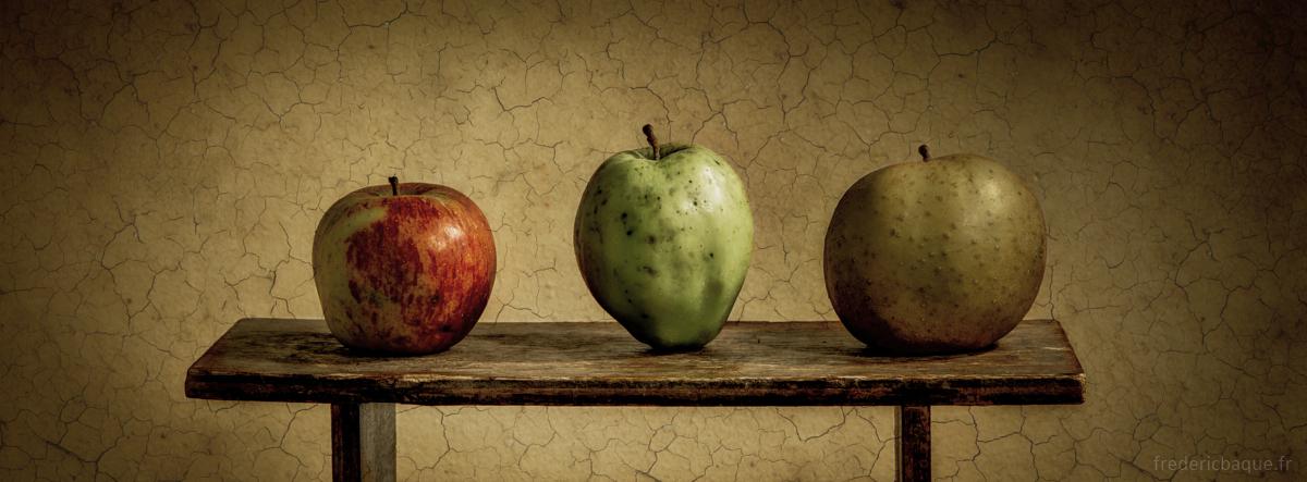 3 pommes sur un banc
